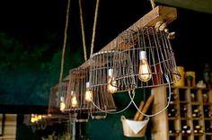 Luminárias de cestos aramados presos num suporte de madeira