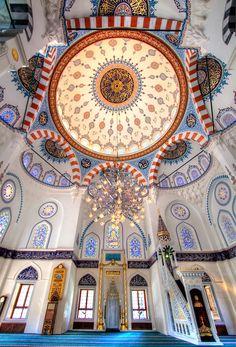 Bazı camiler yeryüzündeki en güzel mimarileri oluşturuyor. İç mekanlardaki süsleme ve tezyin sanatı da zevkin ve inceliğin şaheser örneklerini içeriyor. Burada özellikle tavanlardaki başdöndürücü g…