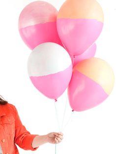 Globos para fiestas en dos tonos, ¡con pintura! Via blog.fiestafacil.com / Two-tone painted balloons! Via blog.fiestafacil.com