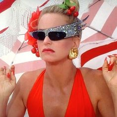 Goldie Hawn - over-the-top glasses in Overboard Goldie Hawn Overboard, Goldie Hawn Movies, Goldie Hawn Kurt Russell, Kate Hudson, Celebs, Celebrities, Sunglasses Women, Vintage Sunglasses, Hollywood