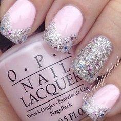 Hermosas uñas en color rosa perla adornadas con brillos cristalinos y plateados.
