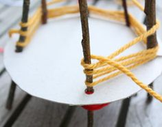 Een #wigwam #knutselen van takken en wol. #buitenspelen #kinderen #vakantie