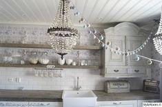 keittiö,antiikki,kattokruunu,kuppiteline,keittiönallas