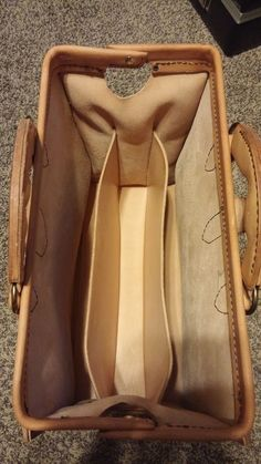 Interior of briefcase Leather MD Briefcase ( Doctor's Bag).I can only dream and work toward the skills it takes to make this bag. Leather Bag Tutorial, Back Bag, Carpet Bag, Frame Bag, Leather Bags Handmade, Leather Projects, Backpack Bags, Messenger Bags, Leather Purses