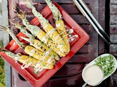 Get Grilled Corn on Cob with Kimchi Mayo and Scallions Recipe from MOLLY YEH I really like the way she braids the shucks! Grilled Corn On Cob, Grilled Corn Salad, Grilled Veggies, Vegetable Dishes, Vegetable Recipes, Grilled Watermelon, New Recipes, Party Recipes
