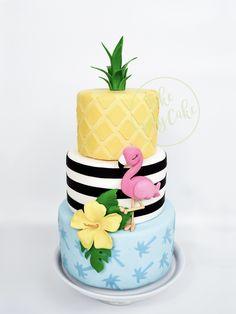 Bolo tropical com flamingo, abacaxi e flor. Na mesa não vai precisar de muito mais para fazer uma decoração incrível! 13 Birthday Cake, Luau Birthday, Flamingo Birthday, Luau Cakes, Beach Cakes, Party Cakes, Hawaii Cake, Flamingo Cake, Sweet 16 Cakes