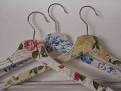 La Cajita de Ma: Perchas con decoupage. Coat Hanger, Clothes Hanger, Diy Hangers, Diy And Crafts, Arts And Crafts, Bridal Brooch Bouquet, Fabric Bowls, Lavender Bags, Fabric Scraps
