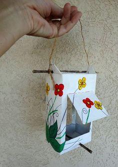 Aprenda como eu fiz um comedouro para pássaros reciclando uma embalagem de leite de tetrapack.