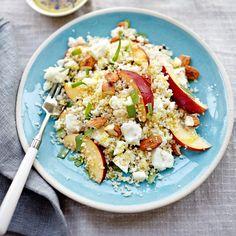 Couscous met nectarine, amandel en feta van Jamie Oliver.  Mijn aanpassing op het recept: i.p.v. dragon eens munt proberen en serveren met een goede handvol rucola. Voor erbij: gemarineerde kipfilet. Marinade: 4 el mosterd, 1 1/2 el honing, 4 el sinaasappelsap, 5 el olijfolie. Ongeveer 3/4 gebruiken voor marineren, 1/4 apart houden als dressing voor over de gebakken kip. Laat de kip lekker lang marineren (minimaal 20 min.).