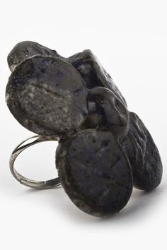 Anillo de Flor Negra hecho de cerámica de alta temperatura- Las piezas de Koskatl son únicas, ya que no están realizadas bajo ningún tipo de molde y su proceso 100% artesanal, el anillo es ajustable al dedo. $169.00