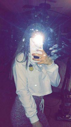 Fotos tumblr en el espejo. Ideas de fotos en frente de un espejo. •Holaa ¿Como les cae esta idea? ¿ ya la han hecho?  •Hablemos de colores... ¿Cual es tu color fav? Rosa , Violeta, Rojo, Azul, Celeste,Mostaza, Esmeralda, Turquesa, Amarillo, Lila, Verde(claro) (oscuro) ,Otro. •Fija/deja, tu respuesta en los comentarios!! 💛Samira697diaz💛 Girl Photo Poses, Girl Photography Poses, Tumblr Photography, Snapchat Selfies, Snapchat Picture, Instagram Pose, Instagram Story, Tumblr Profile Pics, Fake Girls