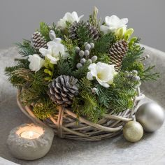 Frosty Morning Christmas Floral Designs, Christmas Flowers, Winter Flowers, Christmas Makes, Country Christmas, Rustic Table Centerpieces, Holiday Centerpieces, Christmas Table Decorations, Centerpiece Decorations