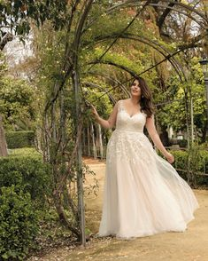 Bei der Auswahl Deines Traumkleides begleiten wir Dich mit großer Freude und viel Kreativität, lass deinen Traum wahr werden. Lady, Wedding Dresses, Fashion, Veils, Glee, Dress Wedding, Nice Asses, Bride Dresses, Moda