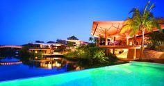 Manglares, canales y arena blanca hacen de este lugar un eco-Resort de puro lujo. Esto es, Mayakobá...
