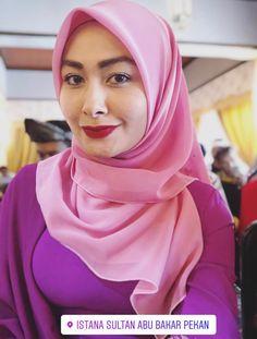 Arab Girls Hijab, Girl Hijab, Muslim Girls, Muslim Women, Ootd Hijab, Hijab Chic, Hijab Dress, Beautiful Hijab, Beautiful Asian Women