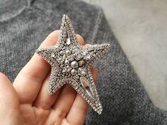 брошь звезда( нет в наличии) Размер 8-6 см Состав: кристаллы, бусины и жемчуг swarovski, японский бисер с покрытием серебро,чешские бусины, хрустальные стразы, изнанка замша. #брошьзвезда #брошь #брошьручнойработы