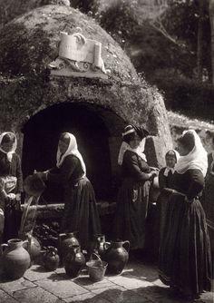 Γαστούρι Κέρκυρας-Πηγή της αυτοκράτειρας Ελισσάβετ 1903 Φωτογραφίες μιας απλής, ήσυχης Ελλάδας (1903-1930) Μέσα απο το φακό του Fred Boissonnas -σε φωτογραφίες υψηλής ευκρίνειας O Φιλέλληνας Ελβετός Fred Boissonnas είναι ο πρώτος ξένος φωτογράφος που περιηγήθηκε τόσο πολύ στον ελληνικό χώρο, από το 1903 και για περίπου τρεις δεκαετίες αργότερα. Ταξίδεψε από την Πελοπόννησο ως την Κρήτη και τον Όλυμπο και από την Ιθάκη ως το Άγιο Όρος. Περιηγήθηκε, φωτογράφισε, έγραψε.