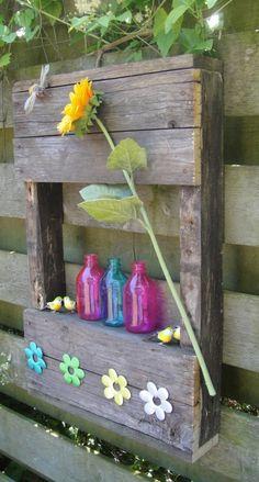 Leuke display kastjes van oude pallets. Om de schutting of tuinmuur op te vrolijken.
