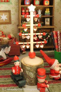 Iivari on tehnyt tänäkin vuonna piparipuita. Nyt hän teki niitä Siirin joulupuotiin.   Iivari has made also this year some Cookie Trees. ...