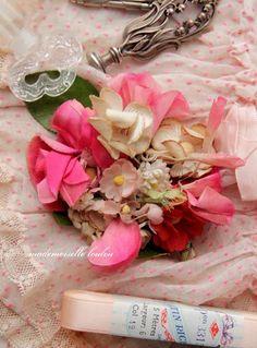 le-petit-musee-de-lou.com Flora Vintage, Vintage Diy, Vintage Flowers, Vintage Sewing, Material Flowers, Flower Corsage, Ribbon Work, Love Sewing, Haberdashery