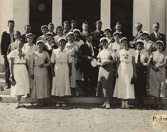 Pohjois-Savo Nro 121 9/8 1934. Ylioppilaskokouksen sekakuoro uuden kirkon portailla.