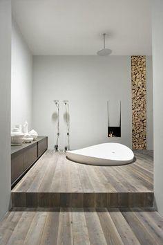 De trend van nu is hout in de badkamer. In combinatie met dit vrijstaande bad creëert u een bijzondere badkamer.