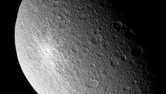 Kleiner Saturnmond Rhea-Die Oberfläche des zweitgrößten Saturnmondes Rhea besteht überwiegend aus Wassereis und ist von unzähligen Einschlagskratern übersät. Ein auffallend heller, wahrscheinlich deutlich jüngerer Krater war eines der Ziele für die Kamera und das abbildende Spektrometer beim Cassini-Nahvorbeiflug am 27. November 2005.