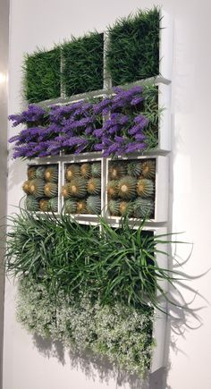 Una solución genial para espacios exteriores sin mucho espacio: ¡pon un jardín vertical en tu balcón o terraza! #jardineria #jardin #plantas Una idea de Casa Viva.