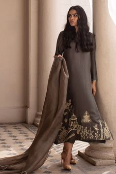 Pakistani Dresses Casual, Pakistani Bridal Wear, Pakistani Dress Design, Indian Dresses, Pakistani Suits, Fashion Pants, Fashion Outfits, Embroidery Suits, Indian Wedding Outfits