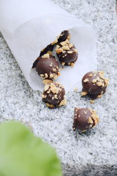 snickerskuler Norwegian Food, Healthy Snacks, Healthy Recipes, Danish Food, Holiday Treats, Cake Recipes, Sweet Treats, Food And Drink, Cooking Recipes
