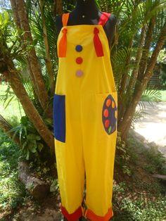 Macacão em brim leve 100 % algodão, paleta pintada no bolço, temos esta peça em outras cores, consulte nos. Na compra informe: Sua altura Cintura (Medir na altura do umbigo) Seu numero de calça R$ 174,00 Circus Theme Party, Circus Birthday, Art For Kids, Crafts For Kids, Clown Halloween Costumes, Cute Clown, Clowning Around, Kids Church, Art Party