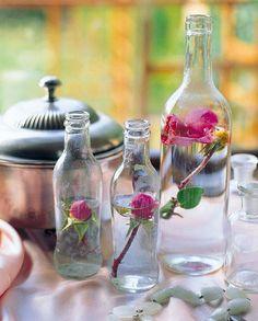 Centro de mesa con botellas y flores frescas, a través del Blog Mami, ¿Te ayudo?.  http://mamiteayudo.blogspot.com.es/2012/06/centro-de-mesa-para-una-cena.html