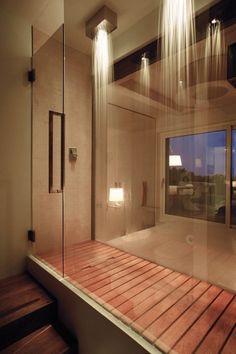Inloop douche met regen douchkop en houten vloer | badkamer | ideeën | inspiratie | walk in shower ideas modern design rain shower head wood floor | bewonen.nl