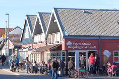 """Wir fanden es klasse! Die bunte Mischung unterschiedlicher  Ferienhaus-Stilarten, der Bäcker und """"Downtown""""  Vejers Strand mit Bonbonladen..."""
