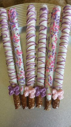 Ideas baby shower food for girl sweets dipped pretzels Chocolate Covered Pretzel Rods, Chocolate Dipped Pretzels, Chocolate Covered Treats, Chocolate Covered Marshmallows, Pretzel Dip, Pretzel Sticks, Chocolate Cake Pops, Chocolate Lovers, Baby Shower Food For Girl