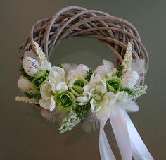 Velikonoční+věneček+bílozelený+-+na+přání+Velikonočnídekorativnívěneček+vbílých+a+zelinkavýchodstínech+na+proutěnémpatinovaném+korpusuo+průměru20+cm+laděný+k+velikonoční+ošatce,+zdobenýlátkovýmia+pěnovýmikvěty,peřím,sušinou,+vajíčky+a+stuhou.+ Country Wreaths, Diy Easter Decorations, Easter Wreaths, How To Make Wreaths, Easter Crafts, Spring Flowers, Grapevine Wreath, Floral Arrangements, Diy And Crafts