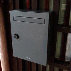 集合住宅~戸建住宅にまで対応したパナソニック製激安 郵便ポスト。 シンプルなデザイン、中身がぬれにくい、防犯性に配慮の3つのこだわり。 クリアスFFはすっきり、コンパクトだからスペースの限られた場所にも取付可能。アパート玄関ドア横に戸別設置はもちろん、集合住宅のエントランスに1箇所集中設置も可能です。 また、オプションポールもご用意しておりますので、独立しての設置も可能ですので設置箇所にあわせてご検討下さい。