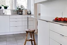 Modern kitchen drawer pulls modern kitchen handles and pulls white and light modern kitchen interiors White Galley Kitchens, White Marble Kitchen, White Kitchen Backsplash, White Kitchen Decor, Modern Kitchen Cabinets, Kitchen Cabinet Design, Interior Design Kitchen, Gloss Kitchen, Dark Cabinets