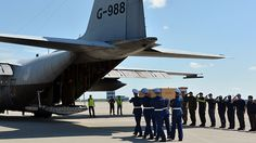 Ukrainian soldiers carry a coffin with the remains of a victim of the Malaysia Airlines flight MH17 crash to a military plane during a ceremony at the airport of Kharkiv, Ukraine, on July 23, 2014 (AFP Photo / Genya Savilov)