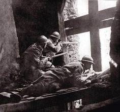 """1940 05 10 au 16 COMBAT RAPPROCHES DANS SEDAN entre 60.000 Allemands et 20.000 FRANCAIS bombardé par 1400 appareils de la Luftwaffe. Pertes nazis 767 tues 600 blesses 141 appareils. Premier """"OS"""" de la campagne de l'Ouest."""