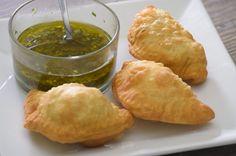 Empanadas argentinas fritas de carne, elote y queso. Prepara la receta original de la cocina argentina, prueba dos diferentes opciones de estas delicias.