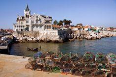 Que faire dans les environs de Lisbonne ? | Via Guide Evasion | 13/10/2014 Lisbonne est certes une ville attractive, ensoleillée et culturelle, mais il se trouve que vous avez une envie soudaine de vous promener hors de la capitale. Où aller ? Telle est la question… Connaissez-vous ses environs, tout aussi charmants ? Suivez-nous, nous allons découvrir Sintra, Estoril et Cascais. #Portugal Photo:Cascais