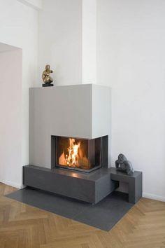 Der zweiseitige Warmluftkamin ist von Spartherm (Varia 2Rh). Der farblich abgesetzte Korpus baut auf einem Sockel aus Basaltina auf. Der Bodenbelag ist ebenfalls aus Basaltina. Fire Inserts, Modern Fireplace, Fireplace Design, Bauhaus Interior, Furnished Apartment, Stove Fireplace, Cozy Corner, Hearth, Home Deco