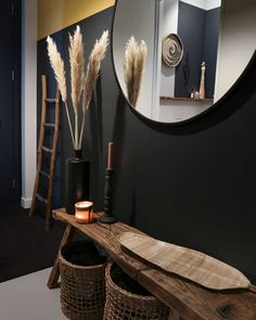 een stoere gang A very dark wall combined with mustard yellow gives an amazing result Wall Decor Design, Interior Decorating, Interior Design, Decorating Ideas, Home And Deco, Home Decor Items, Colorful Interiors, Home And Living, Living Room Decor