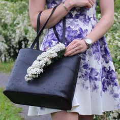 Put a flower on it🌸 www. bydansti.com #bydansti #bag #totebag #shopper #rain #drops #summerdress #summer #flower #flowerprint #white #purple #scandinavianstyle #scandinaviandesign #black #leather #vegetabletanned #picoftheday #summeroutfit #outfitoftheday #style #fashion