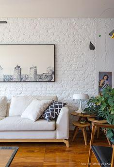 Sofá neutro, piso de taco, parede de tijolinhos e mesinhas laterais de madeira nessa sala de estar. Decorating Small Spaces, Interior Decorating, Interior Design, Home Living Room, Living Room Decor, White Brick Walls, Painted Brick Walls, Apartment Interior, Simple House