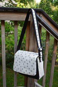 ikat bag: School Party - Satchels nice looking messenger bag! Might try this but add some pockets inside! Diy Messenger Bag, Messenger Bag Patterns, Purse Patterns, Diy Backpack, Sewing Patterns, Diy Sac Pochette, Diy Purse, Fabric Bags, Sew Bags