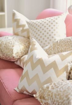 Sofá rosa, cojines en oro.