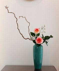 The World's Best Photos of ikebana and rose Tropical Floral Arrangements, Flower Arrangements Simple, Ikebana Flower Arrangement, Ikebana Arrangements, Exotic Flowers, Amazing Flowers, Purple Flowers, Art Floral, Floral Design