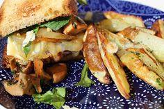 Cuineta: hamburguesa con cebolla caramelizada y queso brie   Restaurante espacio cultural Café Metropol en Tarragona